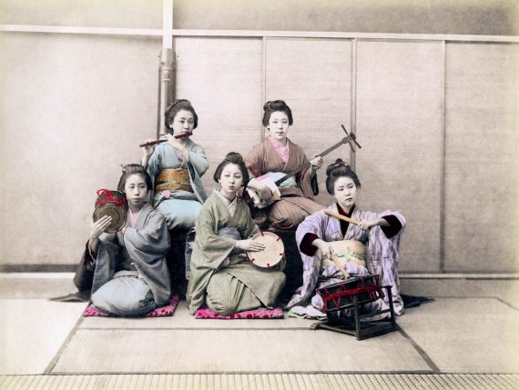 027 Women playing musical instruments