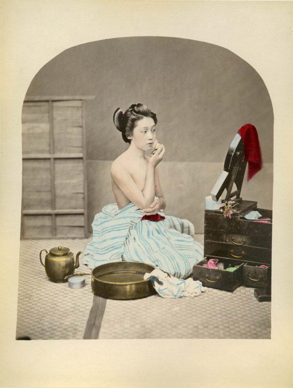031 Geisha preparing makeup