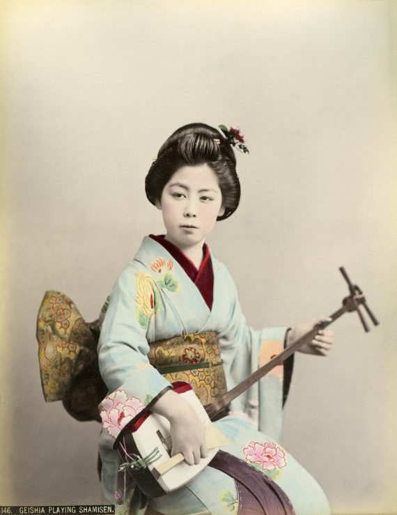 042 Geisha playing shamisen